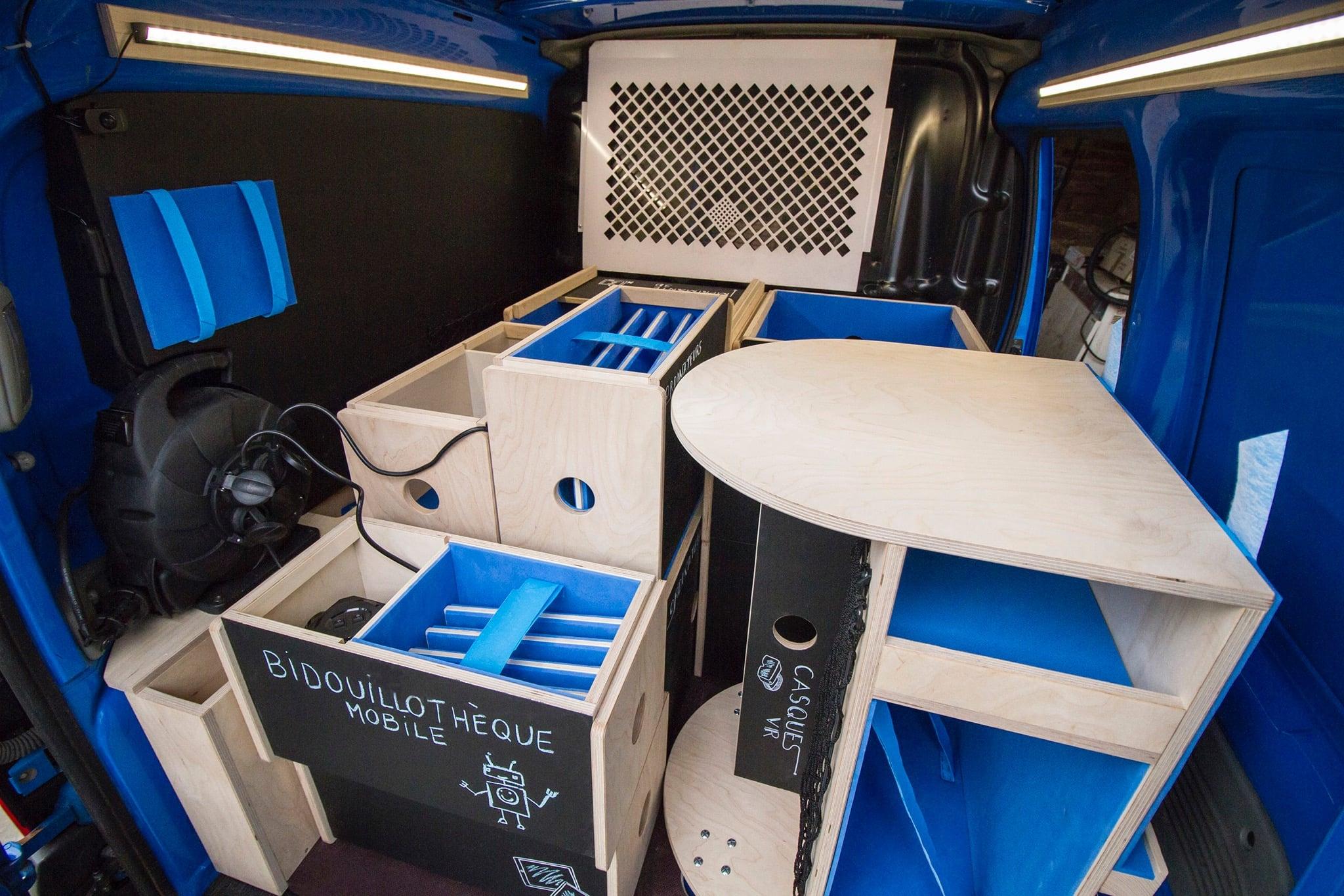 """Vue de l'intérieur du véhicule de la """"bidouillothèque mobile"""" d'Alsace Digitale"""