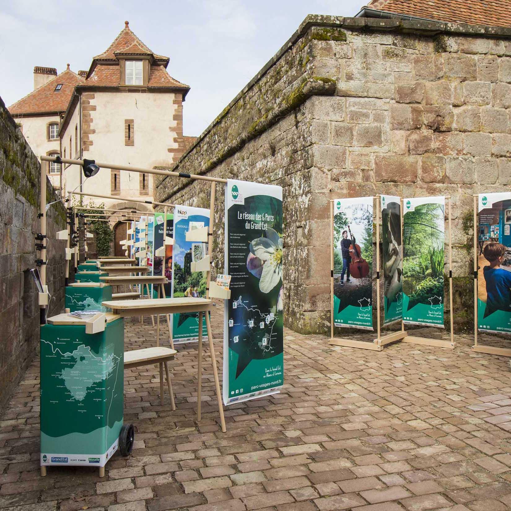 Les 5 stands de valorisation du territoire en hêtre sont déployés devant le château de La Petite Pierre