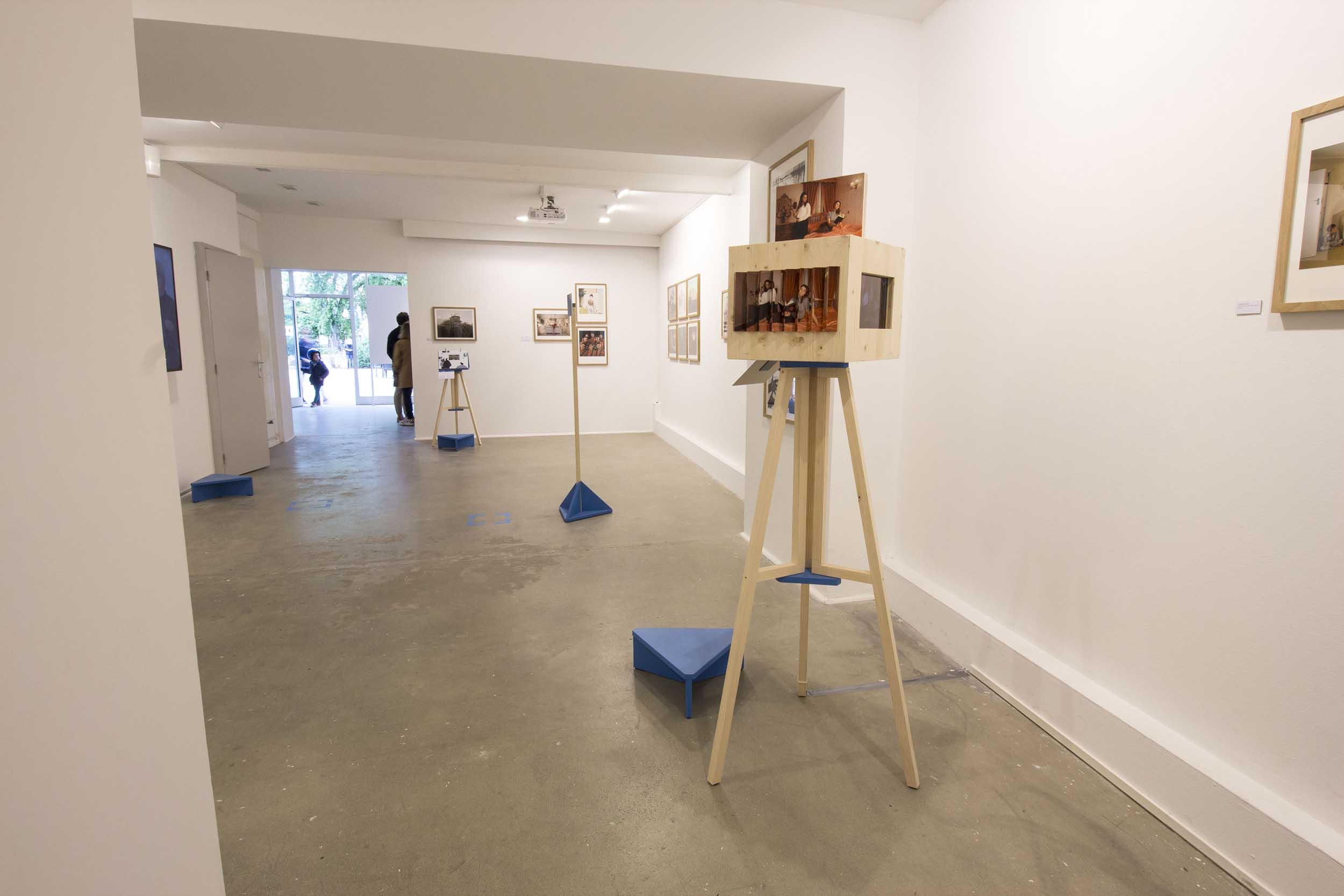 Vue d'ensemble de la galerie d'exposition La Chambre à Strasbourg avec le mobilier de scénographie conçu pour l'exposition Focus, faisant renvoi au trépied photographique.